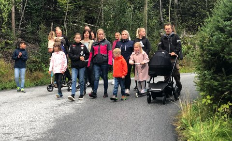 SAMLA OM KRAV: Foreldra har kjempa ein lang kamp om tryggare veg til bustadfeltet på Nordnes, utan å vinna fram.