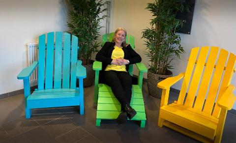 Irene Hovland, administrerende direktør i Ranso, forteller at det er god pågang på utemøblene til bedriften. Nå er stadig flere av de ansatte tilbake i jobb.