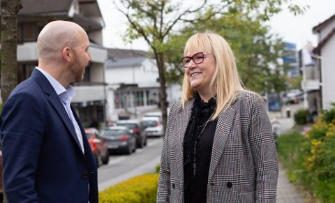 Banksjef i SR-bank Sola, Yngve Sørland og Flyt AS-leder Anne Grethe Vasbø gleder seg over handelsvekst i hele Sola.