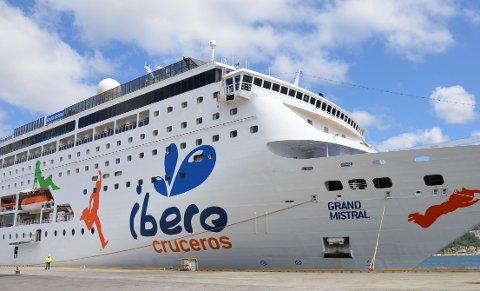 Dei fleste cruiseskipa, også dei mindre, vil få problem med å leggja til kai i det tronge hamnebassenget på Jørpeland.