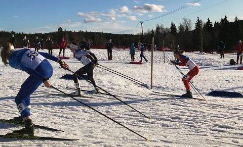 FARTSFYLT SPRINT: Hedda Opdahl Viga (med kvitt panneband) blei nummer tre i kvartfinalen i sprint laurdag ettermiddag.