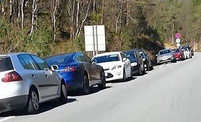FILMET BILREKKENE: Frode Vadla Risa filmet alle de ulovlig parkerte bilene langs veien til Preikestolhytta. Se filmen lenger nede i saken.