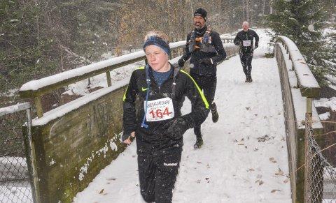 NYSNØ: I fjor var det snø, og en hard Kneskjælven. Sivert Liang spurter fra sin far Anders bakerst og Thomas Bingen i midten over gangbrua ved Berger skole. Arkivfoto