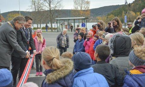 ÅPNET: Fylkets varaordfører Kåre Pettersen, og ordfører Andreas Muri, klippet snora og de unge var fornøyd både overfor og være med på åpningen, og få bedre plass langs veien.