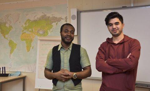 Vanskelige begreper: Daniel Bakole (t.v) og Nour Ali (21) vil gjerne ha leksehjelpere som kan hjelpe dem med å forstå språket i leksene. foto: EMma Huisman Moskvil