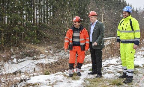DER ELVEN SEG SLYNGER: Lilleelva heter den på folkemunne, Leirkup som renner ut i «den store elva». Sadq Saddik Shukri og Anders Torp viser ordfører Robin Kåss arbeidet.