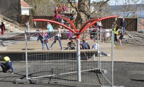 Avstengt: Karusellekeapparatet som har forårsaket en rekke armbrudd på elever ved Kragerø skole er nå avstengt med høyt gjerde.