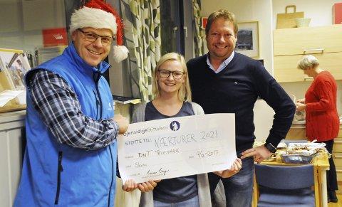 UTDELING: Nils-Ragnar Myhra (til venstre) fra Gjensidigestiftelsen overrasket Elisabeth Fleseland og Jon Atle Holmberg fra Turistforeningen med en sjekk på 1,1 millioner kroner.