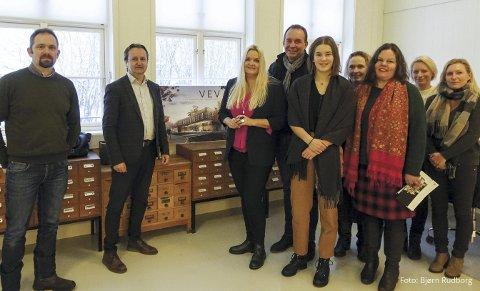 DELEGASJON: Delegasjonen fra Senterpartiet, med Åslaug Sem Jakobsen i spissen, fikk et innblikk i drift og utvikling av Telemark Museum. Foto: Bjørn Rudborg