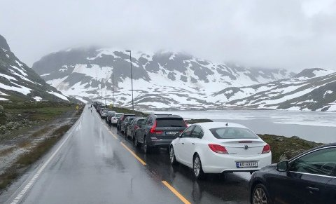 FORTSATT KØ: Like over klokka 19 var det fortsatt kø over Haukelifjell. Foto: Tipser