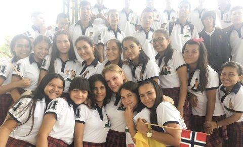 Trist: Her er Sara Bjerkan med klassen på sin siste skoledag i Colombia, hun forteller at det var utrolig trist å måtte si hade til alle de gode vennene hun hadde fått i løpet av året.