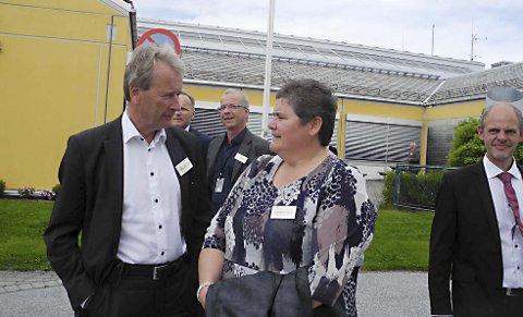 Statoils metanolanlegg på Tjeldbergodden er Aures viktigste arbeidsplass. Her er Aure-ordfører Ingunn Oldervik Golmen i prat med Torkild Reinertsen under 20-årsmarkeringen. Hun har klokkerto på hans prosjekt om å omdanne gass til hydrogen som kan brukes som drivstoff i biler og skip.
