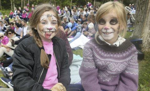 Fornøyd: Aurora Steira (til venstre) og Veslemøy Ramstad med ansiktsmaling koste seg sammen på konserten.