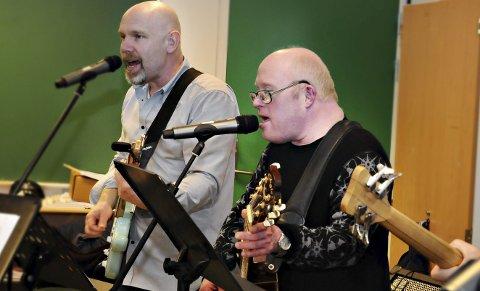 Gitarister: Per Inge Hoset (til høyre) og Jørund Enzenbach finner tonen på gitarstrengene.