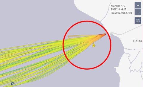 Her ser vi at M/F Rauma måtte snu like etter at den hadde gått fra kai. Skjermdum fra www.marinetraffic.com