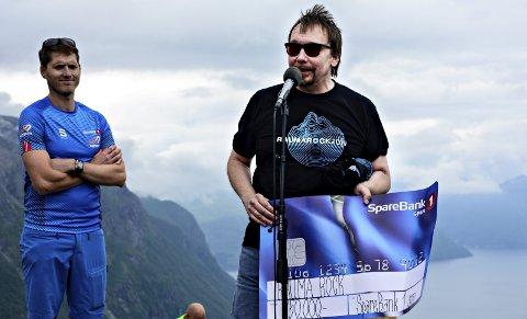 Festivalsjef Dag Inge Landbakk har næringslivet med seg når han fronter RaumaRock. På Nesaksla torsdag kunne han ta imot en sjekk på kr. 150.000.