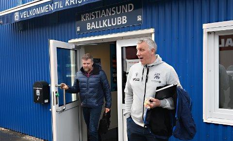 Klubblege Per Olav Kvalvåg (til venstre) og sportslig leder Terje Wiik orienterte mandag spillerne i KBK om en ny og strengere smittevernprotokoll.