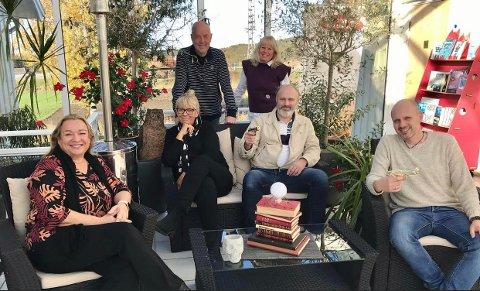 BØKEKRIM: Denne gjengen planlegger å gi deg en egen krimlitteraturfestival neste sommer. Foran fra venstre: Myriam H. Bjerkli, Lene Lauritsen Kjølner, Steinar Høiback og Frode Eie Larsen. Bak fra venstre: Øyvind Ludvigsen og Eileen Ødegaard.