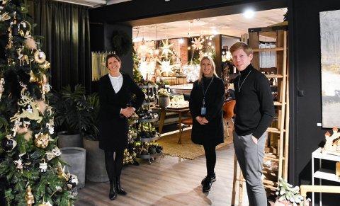 LOKAL JULEHANDEL: Hanna Kirsebom Aronsen, Randi Nore og Lars Løvvold oppfordrer alle til å tenke seg litt ekstra om i julehandelen og velge lokale bedrifter.