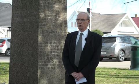 LESTE NAVNENE: Formann i Vallø og omegn historielag Ragnar Henriksen leste opp navnene til de 53 som omkom under bombingen.