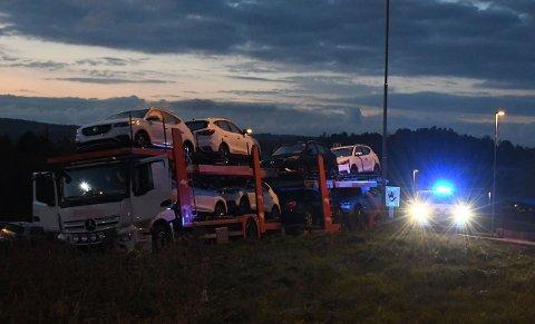 I GRØFTA: Lastebilen kjørte av veien i avkjøringsrampen på E18.