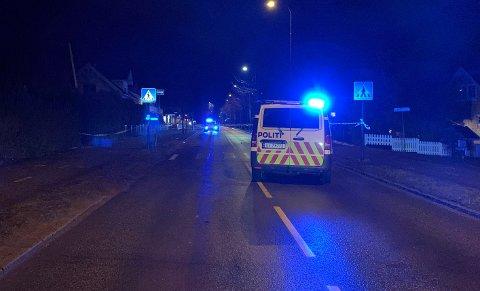 STENGTE: Valløveien ble sperret av mens politiet gjorde kriminaltekniske undersøkelser av ulykkesstedet fredag kveld.