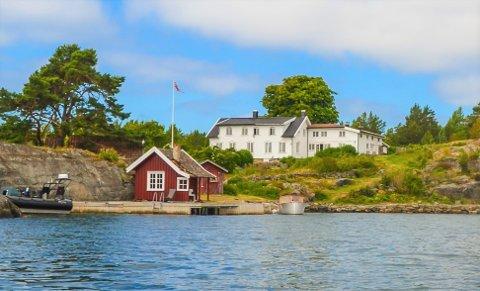 SOLGT: Dønnevik gård har fått nye eiere. Her sett fra sjøen.