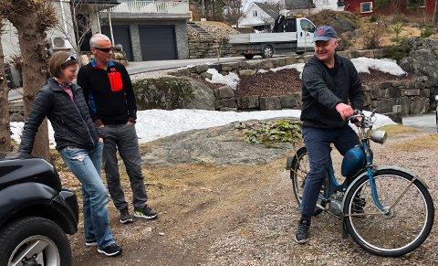 Når Morten Larsen tester Tempoen, får han besøk av broren, Per Arvid Larsen og kona hans Monica Modalen Bredsten.