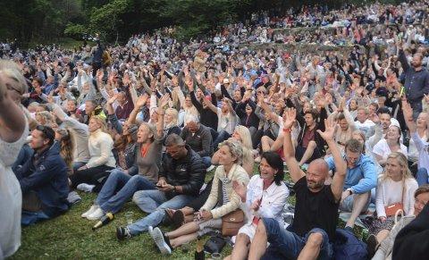 Publikumsrekord: Fjorårets konsert med Di Derre sørget for publikumsrekord på Furøya. Dermed ble det også satt rekord i ventetid på båtskyss.Arkivfoto
