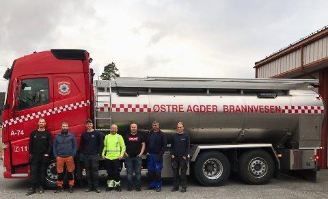 Ny tankbil! Fornøyde brannfolk er (fra venstre) Svein Oland, Ben David Berås, Ola Gjermenes, Kim Tande, Svein Skaarer, Knut Svein Ingenes og Terje Øygarden.