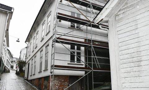 «Gjestegården» i Holgata er på tvangssalg, etter at eierfirmaet gikk konkurs tidligere i år. Det er andre gang på seks år at dette bygget går på tvangssalg. Arkivfoto