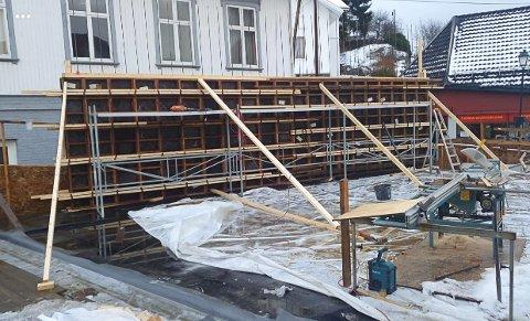 Nå er én betongvegg i ferd med å reise seg.