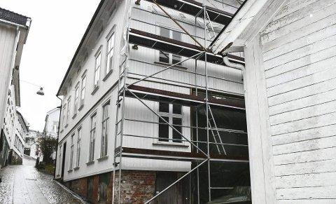 Gjestegården: Ny eier, Arild Johannesen, å få et svar på om han kan innrede totalt fem leilighet i bygget. Kommunedirektøren er negativ til de to leilighetene som er planlagt på bakkeplan, og anbefaler politikerne å si eni til disse. Arkivfoto