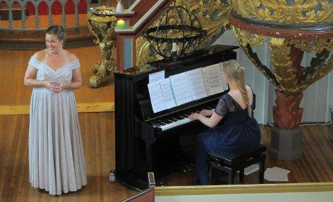 GOD STEMNING: Tone Kummervold (t.v.) og Marthe Aa skapte god stemning i Hakadal kirke torsdag kveld.
