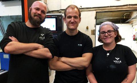 DIGITALE FAGARBEIDERE: Tre lærlinger hos Velle Utvikling som lærer seg datastyrt maskinering, som såkalte CNC-operatører. F.v. Svanur Markusson, Simen Bullen Nilsen og Claire Bee.