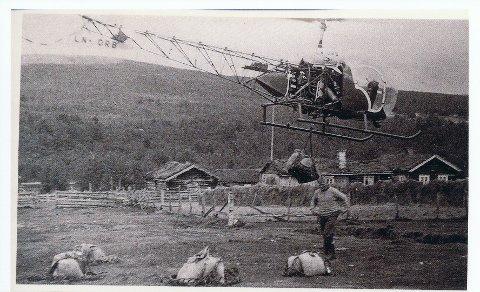 Helikoptertransport: Helikopteret tar av fra Skreddervollen i Nørdalen, med last til bygging  av radarstasjonen på Håmmålfjellet. Slik transport var noe helt nytt i Norge på slutten av 1950-tallet. Det fortelles også at helikopteret ga hesja i bakgrunnen god hjelp i tørkeprosessen.
