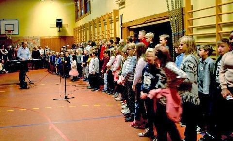 GA SÅ DET MONNET: Kroer skoles elever, lærere og foresatte samlet i gymsalen forrige uke. Under Kroer-kafé samlet elevene i år inn over 15 000 kroner til Kirkens Bymisjon.