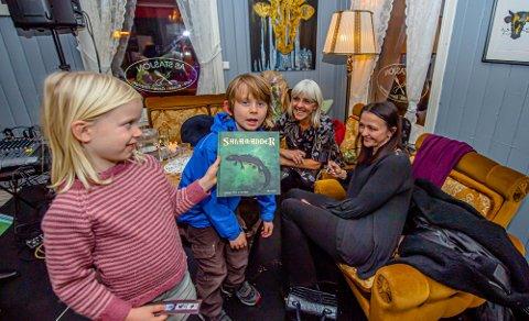 Lindé (5) og Alvin (8) er populære lesere for barnebokforfatterne Synnøve Borge og Lisa Myhre.
