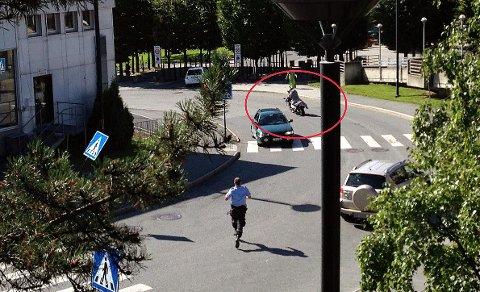 FREKK RØMNING: Mannen som sitter bakpå motorsykkelen rømte fra politiet i Sandvika under et fengslingsmøte i 2013. Nå, over fire år etter, er mannen pågrepet i Ukraina.