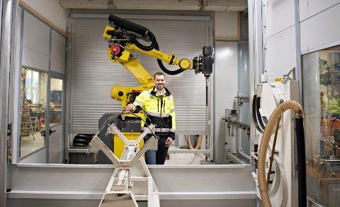 Robot: Administrerende direktør, Sigmund Aandstad, i Pipelife Norge viser freserobot ved fabrikken i Surnadal.