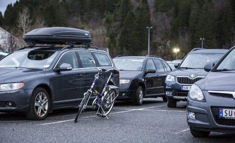 På parkeringsplassen ved Sagstad skule står denne klassikaren parkert på eigen parkeringsplass, ein Kombi-sykkel frå DBS.