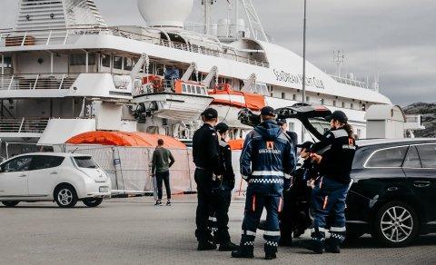PÅ VENT: Sivilforsvaret står utenfor skipet MS Seadream på kaia i Bodø. Nå får hele apparatet ros for responsen de viste da skipet meldte sin ankomst i Bodø.