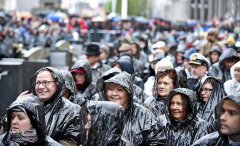 Utendørs: Siden 2010 har festspillåpningen blitt holdt utendørs på Torgallmenningen,                                                    uansett vær, og selvsagt med avsynging av Nystemten. Det var i 1977 at festspilldirektør Sverre Bergh fikk et finsk mannskor til å synge Nystemten på slutten av Bergensiana. Musikkstykket Bergensiana hadde blitt brukt i alle Festspill siden starten i 1953, men da uten sang.                                                      Etter 1977 ble det utenkelig å ikke synge den. Nok en tradisjon var født i Bergen.FOTO: SKJALG EKELAND