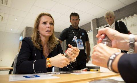 – Jeg er rimelig sikker på at det skal gå bra, fleipet kulturminister Linda Hofstad Helleland etter å ha simulert en dopingtest foran pressen. For ordens skyld – det er vann i flaskene.