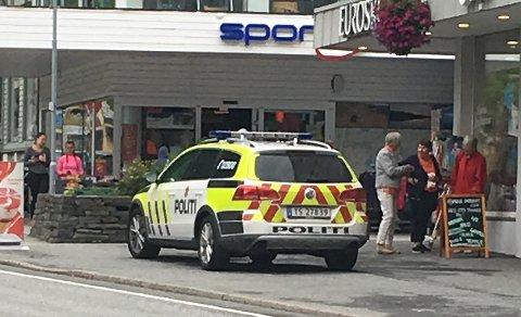 En ung kvinne ble ranet i Odda lørdag.