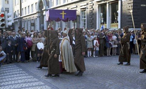 I 1970 fylte Bergen 900 år og det ble feiret – blant annet med historiske opptog i gatene.  Bildet er fra Christies gate der byens historie også ble gjenskapt med utkledde munker.