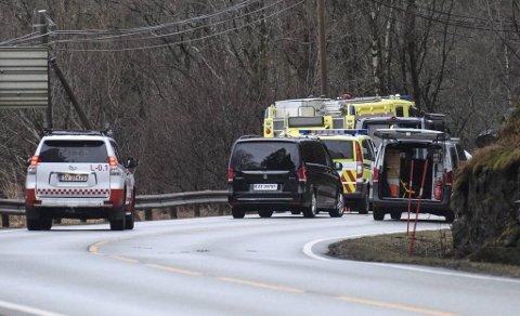 Politiet ble varslet om funn av en livløs mann i veikanten klokken 0232 natt til lørdag 27. februar. Det regnet og var mørkt på ulykkestidspunktet.