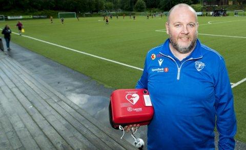 Thomas Natland og Smørås IL har hjertestarter på sin hjemmebane, og er en av fem fotballklubber i Hordaland som har meldt seg på prosjektet «sammen redder vi liv i idretten». Klubben har aldri opplevd hjertestans i forbindelse med sin aktivitet.