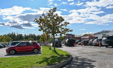 ASFALT: Etter Bygdeposten omtalte tilstanden på veien utenfor Nærsenteret i Vikersund, fikk den kommunale veien tirsdag nytt asfaltdekke.