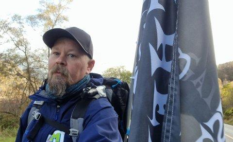 RIKSVEG 44: Mandag ettermiddag var Svein Arild Spencer Johnsen på vei fra Egersund til Hauge i Dalane. Målet for dagen var overnatting i Tunnelstuo i Sokndal. Men han har langt større ambisjoner med den lange gåturen enn å gå langt.